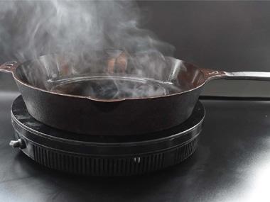Inbranden van een gietijzeren pan